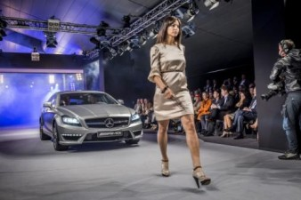 Omega Mobil Mercedes-Benz CLS 63 AMG Shooting Brake Ikut Fashion Show di Catwalk